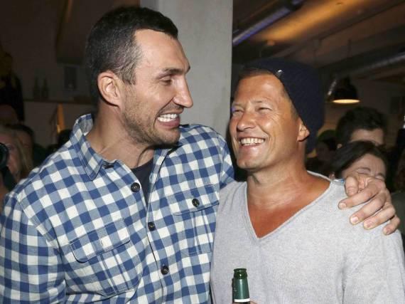 Wladimir Klitschko (l.) kam zur Eröffnung von Til Schweigers Restaurant in Hamburg