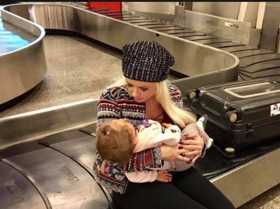 Daniela Katzenberger und ihre Tochter Sophia beim Warten am Flughafen