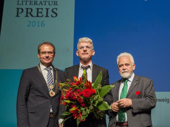 Von links: Oberbürgermeister Ulrich Markurth (Stadt Braunschweig), Heinz Strunk (Wilhelm Raabe-Literaturpreisträger), Dr. Willi Steul (Intendant Deutschlandradio)