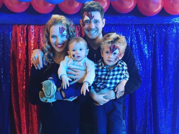 Michael Bublé mit Ehefrau Luisana und den Kindern Noah (r.) und Elias