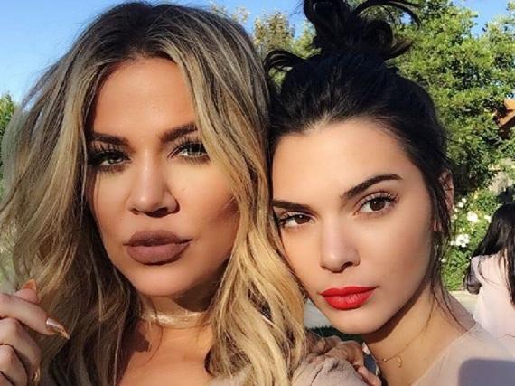 Khloé Kardashian (l.) und ihre Halbschwester Kendall Jenner