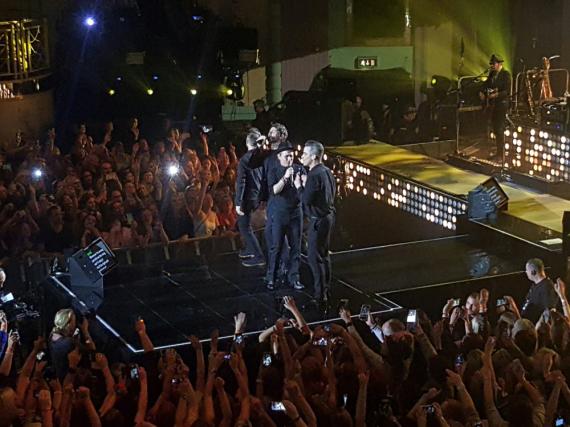 Die Fans flippen aus: Robbie Williams steht wieder mit Take That auf der Bühne