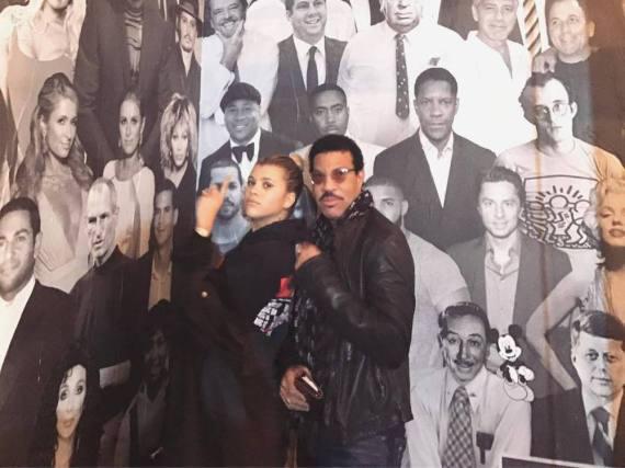 Sofia Richie mit ihrem berühmten Dad vor einer Star-Posterwand