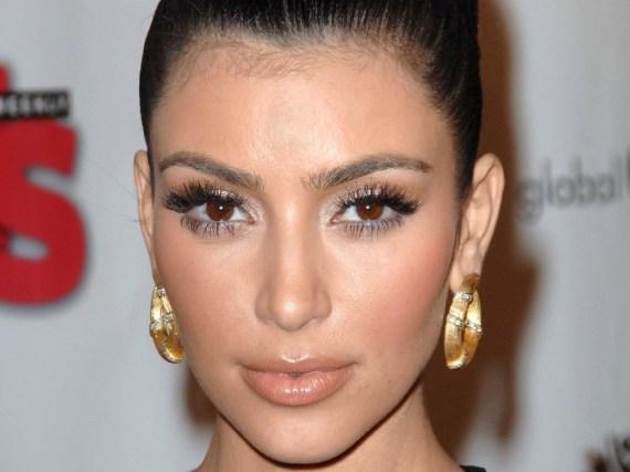 Kim Kardashian zeigt ihren schönen Mund - sie achtet auch auf eine richtige Lippenpflege.