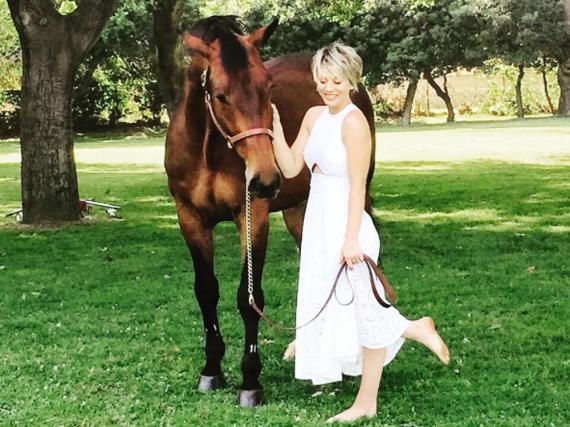 Dieses süße Bild widmete Kaley Cuoco ihrem Pferd zum Abschied