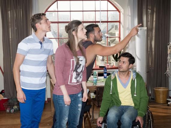 Gianni (Stefano Ligorio, 2.v.r.) entdeckt die Kamera und liefert damit die Erklärung, wie Ringo (Timothy Boldt, l.), Elli (Nora Koppen) und Pacos (Milos Vukovic) WG-Leben ins Internet übertragen wird
