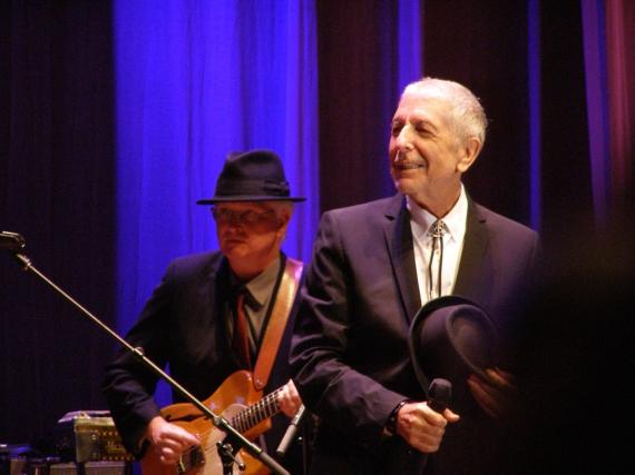 Leonard Cohen bei einem Konzert mit dem Gitarristen Bob Metzger in Florenz im September 2010