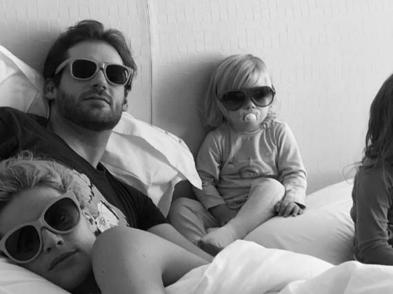 Kuschelzeit im Bett bei Familie Hunziker