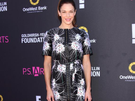 Gekonnt wählte Amanda Righetti ein sportlich-klassisches Kleid mit rockigen Details