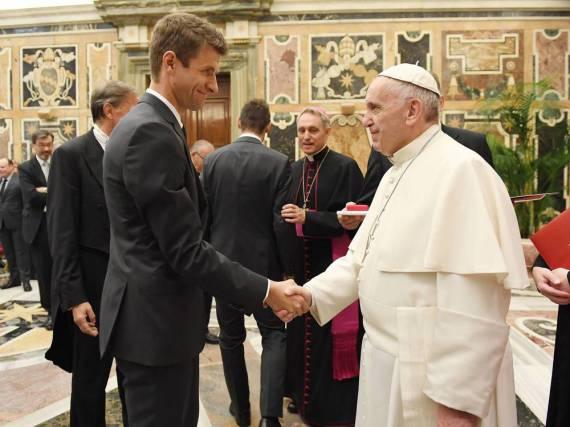 Thomas Müller traf heute mit der deutschen Fußball-Nationalmannschaft im Vatikan auf Papst Franziskus