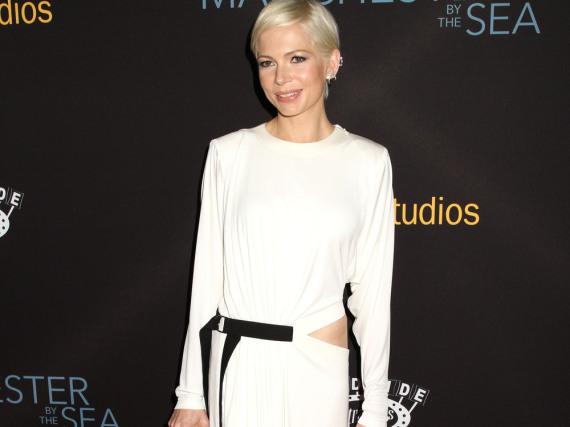In einer schlichten Robe mit sexy Details strahlte Michelle Williams bei der Premiere von