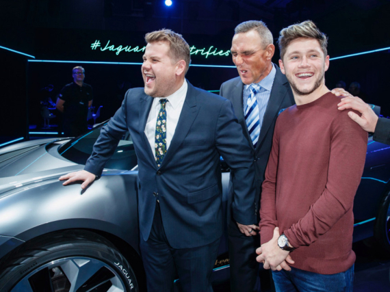 James Corden (l.) hat bei Vinnie Jones keine Skrupel, One-Direction-Sänger Niall Horan (r.) findet es offenbar witzig