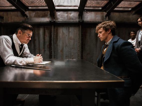 Graves (links, Colin Farrell) und Newt (Eddie Redmayne) werden in