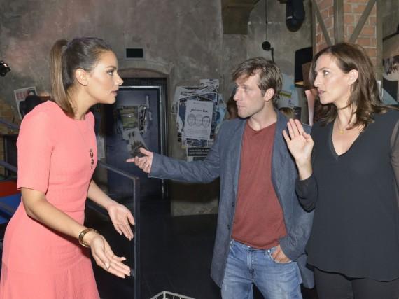 Katrin (Ulrike Frank, r.) versucht Jasmin (Janina Uhse) zu beruhigen, die nicht fassen kann, dass Bommel (Merlin Leonhardt) die Jacke mit dem USB-Stick, auf dem sich ihre Frühjahrskollektion befindet, an Obdachlose gegeben hat