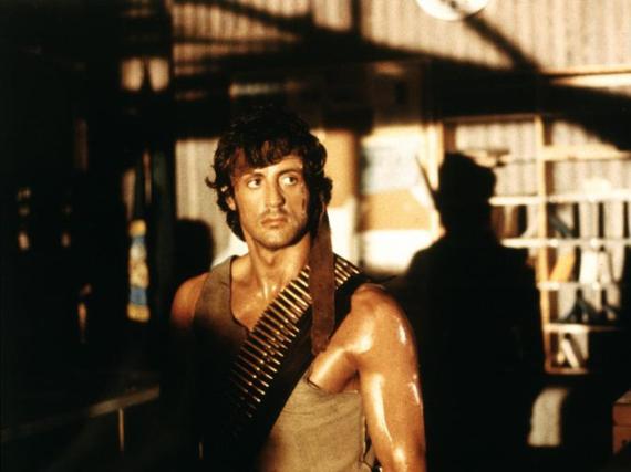 Rambo (Sylvester Stallone) liefert seinen chancenlosen Verfolgern einen mörderischen Kampf