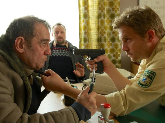 Franz Eberhofer (Sebastian Bezzel) versteht keinen Spaß, wenn es um die Aufklärung des Mordfalles geht und legt sich mit dem Dolmetscher Gashi (Albert Kitzl, links) an