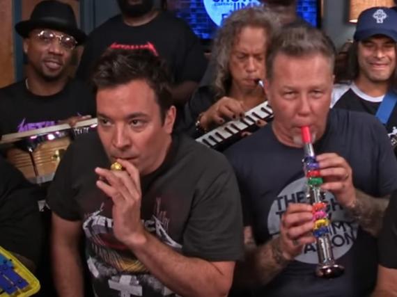 Jimmy Fallon (l.) und James Hetfield (r.) von Metallica jammen gemeinsam