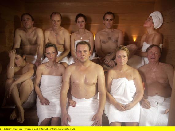 Fünf Paare (u. a. Anke Engelke, o. r.) haben das Wellness-Wochenende mit professioneller Paartherapie gebucht