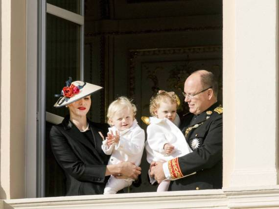 Das Fürstenpaar Charlène und Albert mit den Kindern Jacques und Gabriella