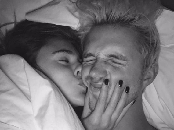 Stefanie Giesinger gibt ihrem Marcus Butler einen dicken Kuss