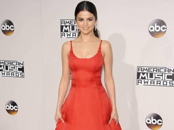 Selena Gomez bezauberte bei den American Music Awards in diesem roten Kleid