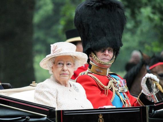 Die Queen steht vor einem