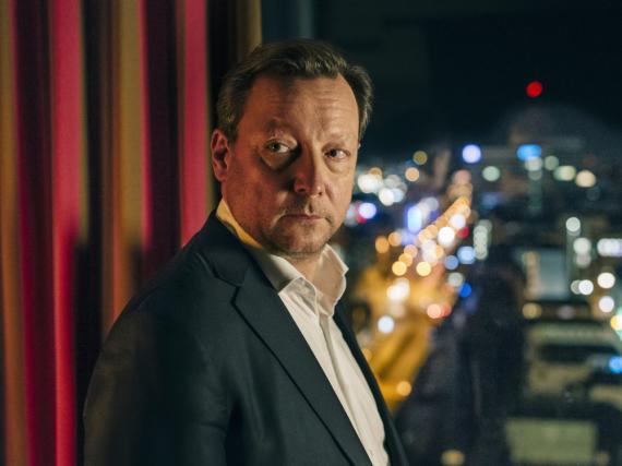 Im Hotelzimmer: Hanns von Meuffels (Matthias Brandt) fühlt sich zunehmend beobachtet