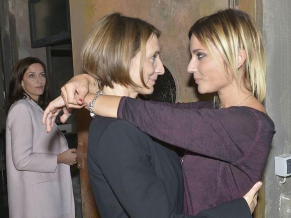 GZSZ: Katrin (l.) wird auf Rosa (M.) und Anni als Paar aufmerksam