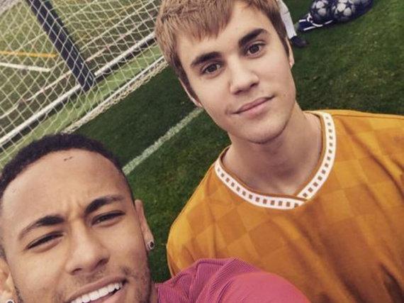 Bitte alle lächeln: Neymar knipst ein Selfie mit Mädchenschwarm Justin Bieber und seinem Barca-Kollegen Rafinha