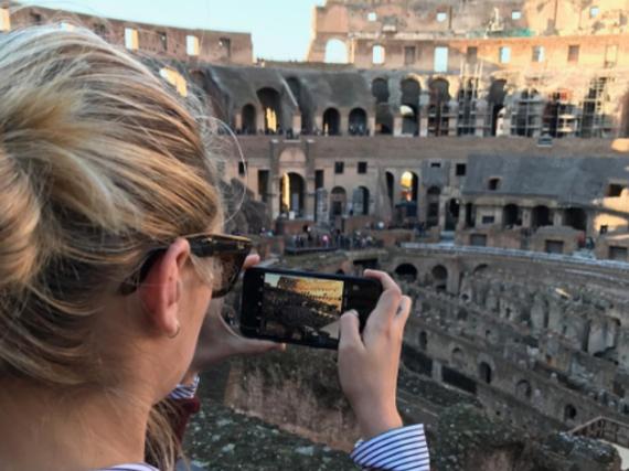 Die historischen Gebäude hält Kate Upton mit ihrem Handy fest