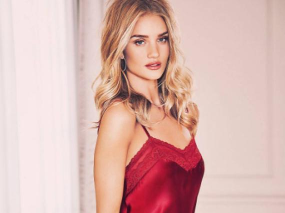 Model Rosie Huntington-Whiteley entwirft Unterwäsche