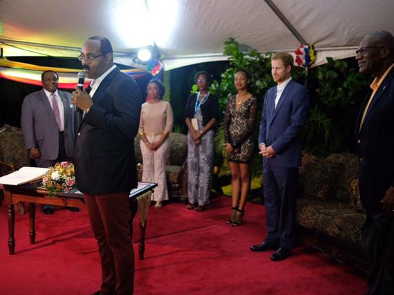 Der Premierminister von Antigua (mit Mikrofon) brachte Prinz Harry ziemlich ins Schwitzen