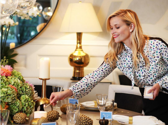 Reese Witherspoon sorgt mit Kerzenlicht für ein stimmungsvolles Ambiente