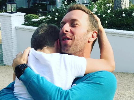 Coldplay-Frontmann Chris Martin und sein Sohn Moses schließen sich an Thanksgiving in die Arme