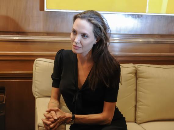Eines ist deutlich: Die unsafte Trennung setzt Angelina Jolie stark zu