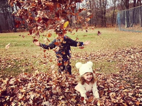 Alyssa Milanos Kinder freuen sich über den Herbst