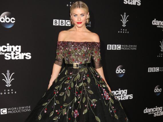 Julianne Hough im Puff-Kleid mit Blumen-Muster