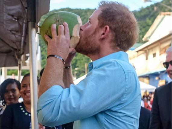 Prinz Harry probiert auf seiner Reise auch immer wieder lokale Produkte der Karibik-Staaten