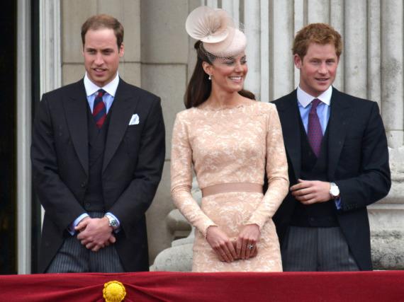 Bald zu viert auf dem Balkon? Prinz William (l.), seine Ehefrau Kate und Prinz Harry