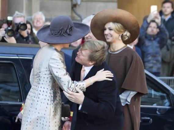 Der niederländische König Willem-Alexander begrüßt Königin Mathilde aus Belgien