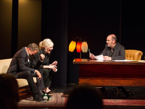 Kabarettist Hannes Ringlstetter (r.) erklärt den Premieren-Gästen, Entertainerin Ina Müller und Schauspieler Christian Tramitz, was Sache ist