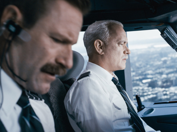 Tom Hanks (r.) verkörpert in seinem neuen Film den Piloten Chesley B. Sullenburger