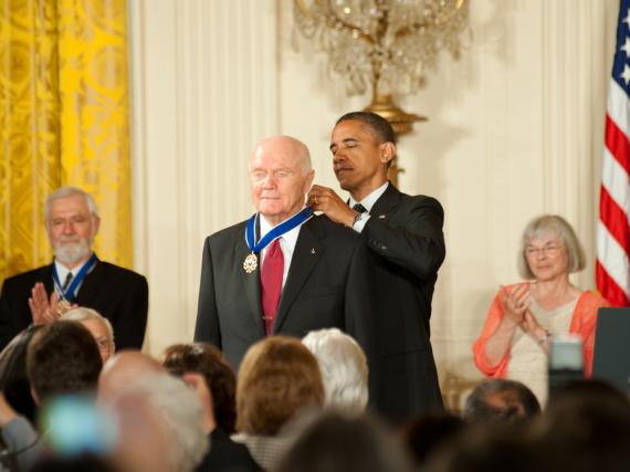 John Glenn bekam von Barack Obama im Jahr 2012 die