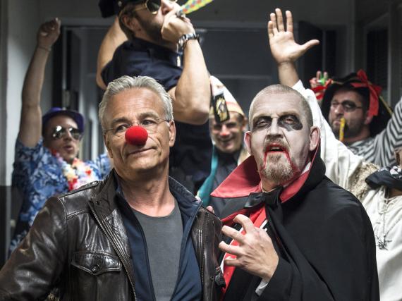 Auch im Präsidium wird Karneval gefeiert: Kommissar Freddy Schenk (Dietmar Bär, r.) geht als Vampir, während sein Kollege Max Ballauf (Klaus J. Behrendt, l.) nur widerwillig die Pappnase trägt