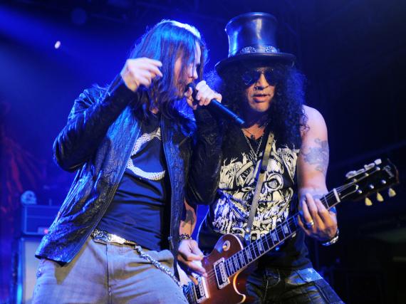 Frontsänger von Guns N' Roses, Myles Kennedy (l.), und Gitarrist Saul Hudson alias Slash werden in Zukunft genau über ihren Aufenthaltsort nachdenken