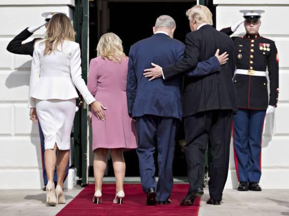Melania Trump (links im weißen Kostüm von Karl Lagerfeld) leistete sich bei der Begrüßung von Sara Netanjahu einen echten Fauxpas