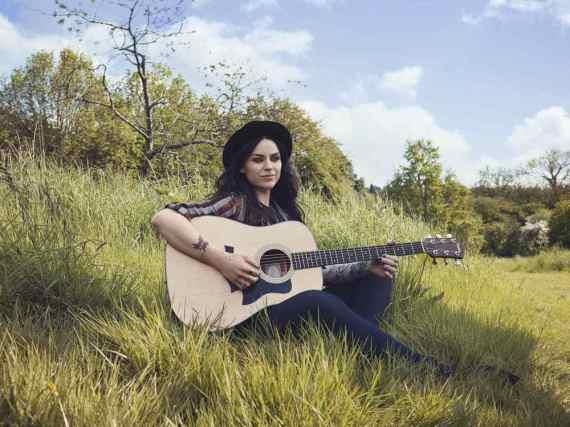 Amy MacDonald hat mit zwölf Jahren angefangen, Akkustikgitarre zu spielen