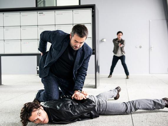 Reto Flückiger (Stefan Gubser, kniend) verhaftet einen Verdächtigen (Vladimir Korneev)