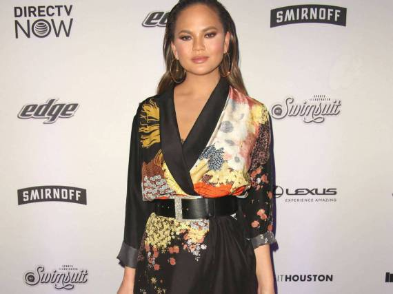 Chrissy Teigen sieht in der knappen Kimono-Jacke umwerfend aus