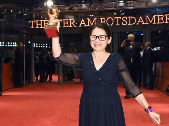 Regisseurin Ildikó Enyedi freut sich über ihre Trophäe